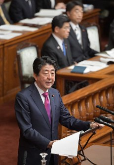 Prime Minister Shinzo Abe speaks in the Diet on Oct. 30, 2018. (Mainichi/Masahiro Kawata)