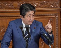 Prime Minister Shinzo Abe answers questions by Yukio Edano, leader of the largest opposition Constitutional Democratic Party of Japan, at a plenary session of the House of Representatives on Oct. 29, 2018. (Mainichi/Masahiro Kawata)