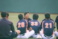 オープン戦終了後、山崎主将を中心に選手たちは車座となり、真剣な表情で試合場面をフィードバックした=川崎市中原区で