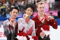【2012年】メダルを手にして笑顔の(左から)2位の高橋大輔、優勝の羽生結弦、3位のロス・マイナー=宮城県利府町のセキスイハイムスーパーアリーナで2012年11月24日、山本晋撮影