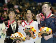 【2013年】表彰式後、メダルを手にして並ぶ(左)から2位の織田信成、1位の高橋大輔、3位の米国のジェレミー・アボット=東京・国立代々木競技場で2013年11月9日、山本晋撮影