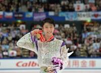 【2015年】世界歴代最高得点を塗り替える322.40点で優勝し笑顔でメダルを掲げる羽生結弦=長野市のビッグハットで2015年11月28日、宮間俊樹撮影
