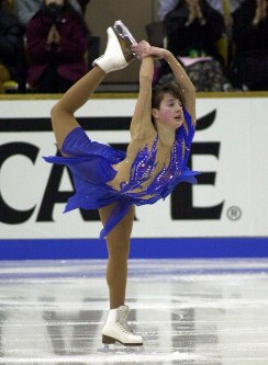 【2000年】ショートプログラムで首位に立ったイリーナ・スルツカヤの演技=旭川大雪アリーナで2000年12月1日、西村剛撮影