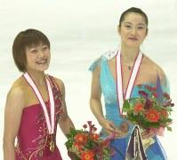 【2002年】表彰式で花束を手に笑顔の恩田美栄(左)と荒川静香=京都アクアリーナで2002年11月30日、望月亮一撮影