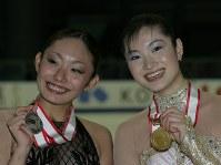 【2004年】優勝した荒川静香(右)と2位の安藤美姫=名古屋市のレインボーアイスアリーナで2004年11月6日、石井諭撮影