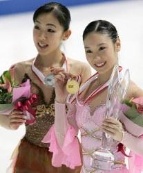 【2005年】優勝した中野友加里(右)と2位に入った村主章枝=2005年12月3日、岩下幸一郎撮影
