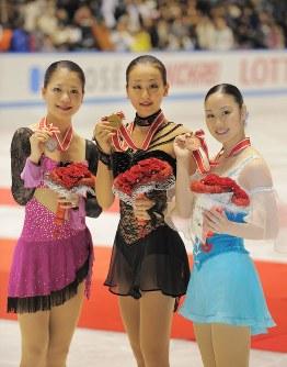 【2008年】女子シングルで日本勢が表彰台を独占。優勝した浅田真央(中央)、2位の鈴木明子(左)、3位の中野友加里=東京・代々木第1体育館で2008年11月29日、手塚耕一郎撮影