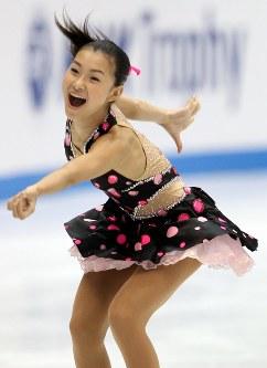 【2010年】ショートプログラムで躍動感あふれる演技を見せる村上佳菜子=日本ガイシアリーナで2010年10月22日、貝塚太一撮影