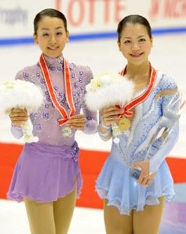 【2011年】メダルを手に笑顔を見せる優勝した鈴木明子(右)と2位の浅田真央=真駒内セキスイハイムアイスアリーナで2011年11月12日、貝塚太一撮影