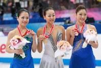 【2012年】メダルを手にして並ぶ(左から)2位の鈴木明子、優勝の浅田真央、3位の長洲未来=宮城県利府町のセキスイハイムスーパーアリーナで2012年11月24日、山本晋撮影