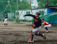 守備練習に励む三菱重工広島の選手たち=広島市西区で、李英浩撮影