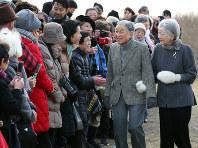 Emperor Akihito and Empress Michiko greet locals near the Hayama Imperial Villa, in Hayama, Kanagawa Prefecture, on Feb. 19, 2018. (Mainichi/Masahiro Ogawa)