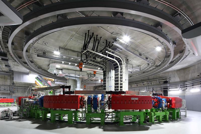 大阪重粒子線センターの加速器(大阪国際がん治療財団提供)