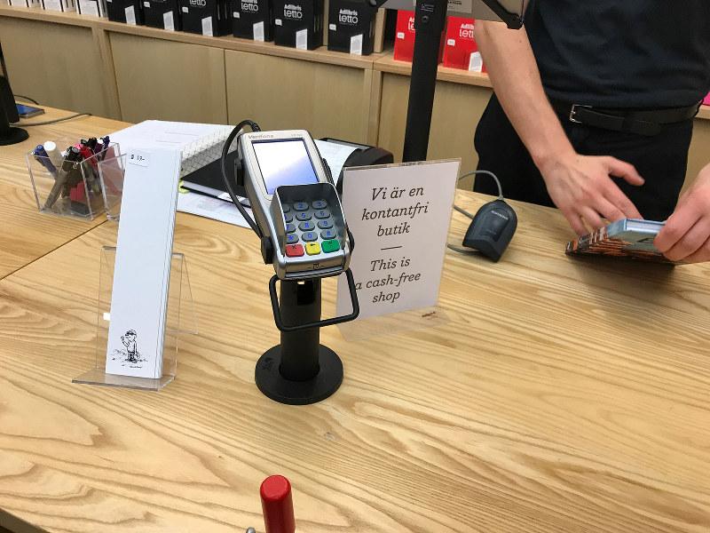 「現金お断り」の店舗多く見かけるスウェーデンは地震が少ない国でもある(筆者撮影)