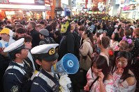 A police officer asks people to keep moving at Shibuya Center Street, a famous shopping arcade, in Tokyo's Shibuya Ward on Oct. 31, 2018. (Mainichi/Daisuke Wada)