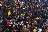Ebisu Bridge in Osaka's Chuo Ward in western Japan is filled with people wearing Halloween costumes on Oct. 31, 2018. (Mainichi/Rei Kubo)