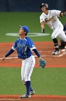 【信越ク―西濃運輸】一回裏西濃運輸2死二、三塁、三浦(奥)に2点二塁打を打たれ、打球の行方を見る信越クの和田=京セラドーム大阪で2018年11月2日、山崎一輝撮影