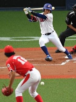 【東海理化―室蘭シャークス】一回表東海理化2死一、三塁、大谷が投手強襲の適時打を放つ(投手・鈴木)=京セラドーム大阪で2018年11月2日、山崎一輝撮影