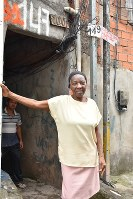 自宅の前に立つボルソナロ氏支持者のイウダ・シルバさん=サンパウロで10月19日、山本太一撮影