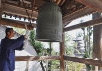 法隆寺西円堂の「時の鐘」。2時間おきに境内に音を響かせる=奈良県斑鳩町で、花澤茂人撮影