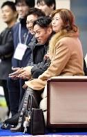 【フィギュア西日本選手権】男子SPで得点を見て舌を出す高橋大輔(中央)=名古屋市南区の日本ガイシアリーナで2018年11月3日、大西岳彦撮影