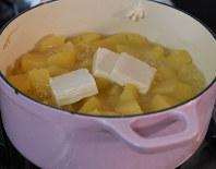 鍋に入れ、かぶるくらいの水を入れてゆで、やわらかくなったらクリームチーズ、コンソメをいれて混ぜ、水分を飛ばす=丸山博撮影