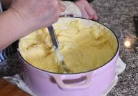 ボウルにあげて、熱いうちにバター、塩、温めた牛乳を入れてマッシャーなどで潰しながら混ぜる=丸山博撮影