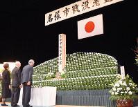 戦没者に献花する参列者=三重県名張市のadsホールで、広瀬晃子撮影
