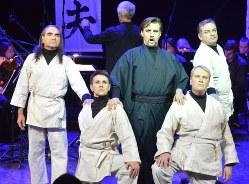 オペラ作品「光太夫」でロシアに漂着した船頭、大黒屋光太夫を演じる男性歌手(後列中央)。光太夫は船員と共に苦難の日々を過ごした=モスクワで2018年10月30日、大前仁撮影