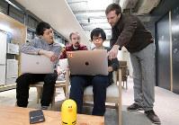AIスピーカーの開発を手掛ける中国人技術者の厳慶文さん(右から2人目)たち=京都市下京区のLINEの開発拠点で2018年11月2日、梅田麻衣子撮影
