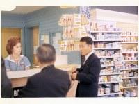 米国留学中にドラックストアを視察する小林一雅会長(右)=1965年撮影、小林製薬提供