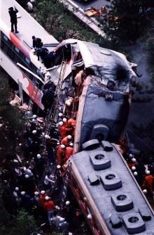 【信楽高原鉄道事故】世界陶芸祭開催中の信楽高原鉄道信楽駅へ、定員の2倍以上を乗せて向かうJR西日本の臨時快速「世界陶芸祭号」と、同鉄道の普通列車が正面衝突し42人が死亡、628人が重軽傷を負った。写真は乗客らの救出作業=1991年05月14日撮影