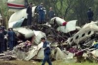 【中華航空機墜落事故】台北発の中華航空エアバス機が着陸に失敗して墜落、炎上。乗客乗員264人が死亡し、乗客7人が重傷を負った。写真は散乱した機体周辺で現場検証する捜査員ら=愛知県の名古屋空港で1994年4月27日午前10時35分、玉置勝巳撮影
