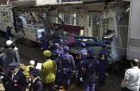 【地下鉄日比谷線脱線・衝突事故】旧営団地下鉄日比谷線中目黒ー恵比寿間のカーブで電車の最後尾車両が脱線し、対向電車に激突。乗客5人が死亡、64人が負傷した。写真は側壁がそっくりはがれ落ちた列車を調べる捜査員=2000年3月8日午前11時55分、岩下幸一郎撮影