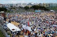 【沖縄国際大米軍ヘリ墜落事故】沖縄国際大敷地内に、米海兵隊所属の大型輸送ヘリが墜落、炎上し、乗員3人が負傷した。約1カ月後、米軍ヘリ事故に抗議する宜野湾市民大会が3万人が参加し開かれた=沖縄国際大学で2004年9月12日、木葉健二撮影