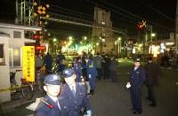 【東武伊勢崎線竹ノ塚駅踏切事故】手動式踏切を渡っていた歩行者が電車にはねられ2人が死亡、2人が負傷。現場は5本の線路が通る「開かずの踏切」だった。写真は4人が死傷した東武伊勢崎線竹ノ塚駅近くの踏切=東京都足立区で2005年3月15日午後7時42分、小林努撮影