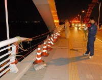 【福岡・海の中道大橋飲酒運転事故】一家5人の乗った乗用車が飲酒運転の乗用車に追突され、博多湾に転落。1~4歳の3児が死亡した。写真は追突された乗用車が橋の欄干を突き破って海に落ちた現場=福岡市東区の海の中道大橋で2006年8月26日午前1時、山下恭二撮影