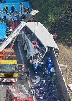 【関越自動車道高速ツアーバス事故】関越自動車道藤岡ジャンクション付近で、JR金沢駅から東京ディズニーリゾートへ向かっていた高速ツアーバスが道路左側の防音壁に衝突。乗客7人が死亡、38人が負傷した。写真はぶつかって大破したバス=群馬県藤岡市の関越自動車道藤岡ジャンクション付近で2012年4月29日午前8時17分、本社ヘリから山本晋撮影