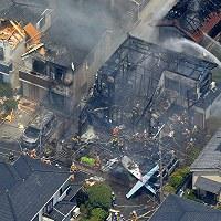 【調布市小型機墜落事故】調布飛行場を離陸した小型プロペラ機が住宅街に墜落。墜落現場の民家の住民と小型機の機長、搭乗者の計3人が死亡、周辺住民と搭乗者計5人が負傷した。写真は小型プロペラ機が墜落し炎上した住宅。10棟以上が被災した=東京都調布市で2015年7月26日午前11時46分、本社ヘリから