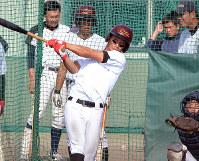 試合での打席を想定しながら打撃練習に励むカナフレックスの選手=奈良県香芝市の大商大関屋グラウンドで、礒野健一撮影
