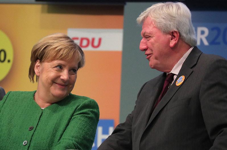 州議会選のダブル敗北で引退を表明したメルケル首相(左