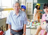 小学生対象のジュニア教室で、子どもたちと一緒に調理をする白鳥勲さん(左)=埼玉県杉戸町で