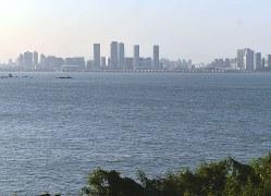 金門側から望む中国・アモイ市の高層ビル群=台湾・金門県の烈嶼(小金門)で2018年10月28日、福岡静哉撮影