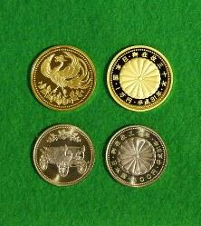 天皇陛下在位30年記念硬貨の1万円金貨(上)と500円銅貨。それぞれ左側が表面=大阪市北区の造幣局で2018年11月5日、梅田麻衣子撮影