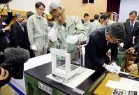 製造貨幣大試験の秤量作業中=大阪市北区の造幣局で2018年11月5日午前11時43分、梅田麻衣子撮影