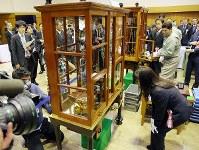 製造貨幣大試験の秤量作業中=大阪市北区の造幣局で2018年11月5日午前11時50分、梅田麻衣子撮影