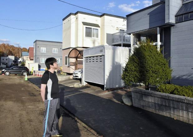 北海道地震2カ月:傾いた家、雪...