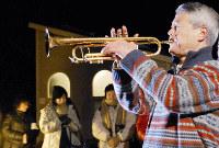 黙とうの静まりの中、鎮魂のトランペットを奏でる松平晃さん=神戸市中央区の諏訪山公園で2011年1月17日午前5時47分、近藤諭撮影