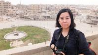 ISの拠点だったシリアのラッカを取材する玉本英子さん。紛争地の現場と今を伝えるのがジャーナリストの使命だ=2018年10月、アジアプレス坂本卓さん撮影
