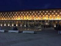 幾何学模様が浮かび上がる夜のルクセンブルク大劇場